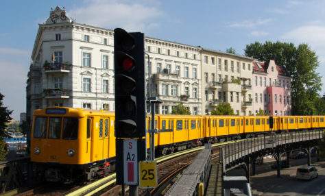 U-Bahn Berlin vor altem Haus